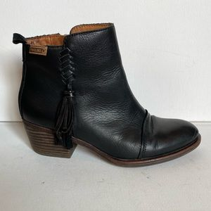 Pikolinos black leather ankle booties